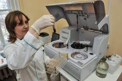 自动生物化学的分析仪 库存照片