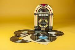 自动电唱机和一些老vinil纪录 免版税库存图片