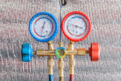 自动空调器再充电的压力表 库存照片