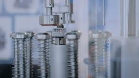 自动细颈瓶装填和密封的设备机器在药房工厂 股票录像