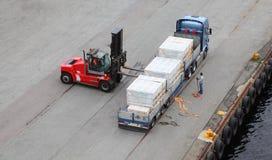 自动装卸机转存卡车,劳动者帮助 免版税库存照片