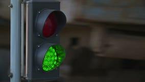 自动路障碍门举的门在红绿灯背景中打开并且通过汽车  股票录像