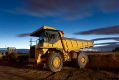 自动转储挖掘机开采晚上卡车黄色 免版税图库摄影