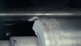 自动组分生产的老工厂 仓库铝管子 金属管子的生产 管子焊接 影视素材