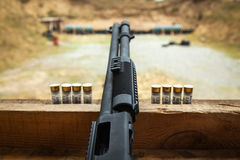 自动贩卖机和步枪有弹药筒和壳的,射击在街道上 库存照片