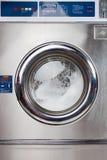 自动洗衣机在洗衣店 免版税库存图片