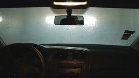 自动洗车 从里面 用肥皂擦洗和洗刷挡风玻璃的路辗 股票录像