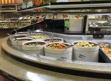自助自助餐在超级市场的食物酒吧 库存图片