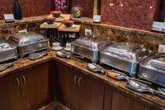 自助自助餐早餐在旅馆里 免版税图库摄影