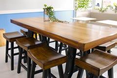 自助食堂桌和椅子 库存照片