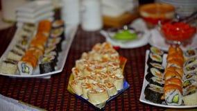 自助餐、寿司和卷在板材 股票录像
