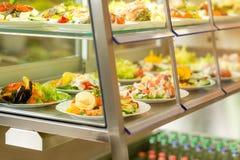 自助餐厅显示食物新沙拉自服务 免版税库存照片