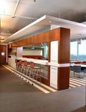 自助餐厅空的内部大让的轻的射击视窗 图库摄影