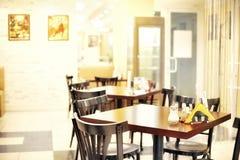 自助餐厅空的小的表 免版税图库摄影