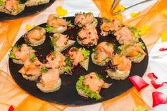 自助餐招待会与熏制鲑鱼servi的手抓食物开胃菜 免版税库存照片