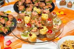 自助餐招待会与熏制鲑鱼servi的手抓食物开胃菜 库存图片