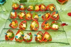 自助餐招待会手抓食物开胃菜用沙丁鱼 免版税库存照片