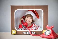 自圣诞前夕的愉快的孩子 免版税库存图片