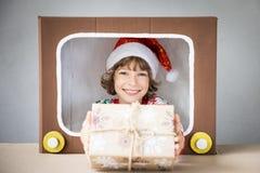 自圣诞前夕的愉快的孩子 免版税库存照片