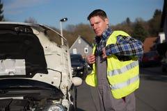 自已在汽车维护期间的安全保护 免版税库存图片