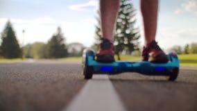 从自已平衡hoverboard的人秋天 在电电罗经滑行车的人崩溃 股票视频
