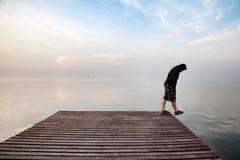 自杀概念 佩带一黑有冠乌鸦sta的沮丧的年轻人 库存照片