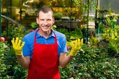 自温室供以人员与植物一起使用和微笑 免版税图库摄影