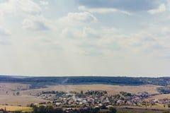 自然与惊人的天空的村庄风景 图库摄影