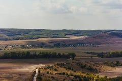 自然与路的村庄风景 库存图片
