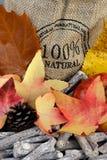 自然与黄麻袋子的秋天装饰 库存图片