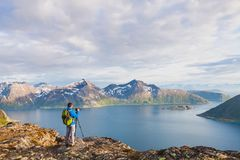 自然使用三脚架和dslr照相机的风景摄影师 免版税库存照片