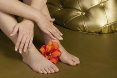 自然修指甲和修脚与花 免版税图库摄影