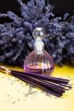 自然健康芳香疗法和家庭芬芳、紫色淡紫色香火棍子和分散器在黄色背景与烘干 库存照片