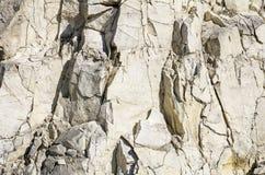 自然光石头用镇压盖的背景石灰石 库存照片
