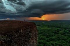 自然力量背景-在黑暗的风雨如磐的天空的明亮的闪电在树岩石鲸鱼山湄公河在Bungkan 免版税库存照片