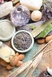 自然化妆用品、手工制造准备与精油和a 免版税图库摄影