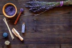自然化妆用品用淡紫色和草本自创温泉的在木背景顶视图嘲笑 库存照片