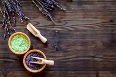 自然化妆用品用淡紫色和草本自创温泉的在木背景顶视图嘲笑 免版税图库摄影