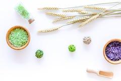 自然化妆用品用麦子和草本自创温泉的在石背景顶视图 库存照片
