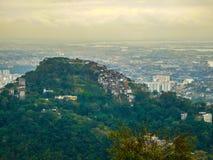 自然和城市的对比在里约热内卢 图库摄影