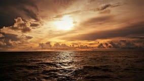 自然和美好的日落在椰树小屋海湾米里沙捞越马来西亚 免版税图库摄影
