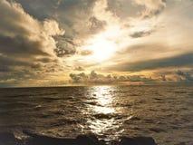 自然和美好的日落在椰树小屋海湾米里沙捞越马来西亚 免版税库存照片