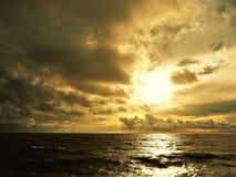 自然和美好的日落在椰树小屋海湾米里沙捞越马来西亚 库存图片