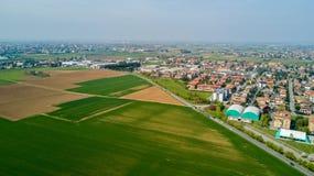 自然和风景,索拉罗,米兰的自治市:领域、房子和家,意大利的鸟瞰图 免版税库存图片