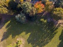 自然和风景:公园、秋天叶子、叶茂盛树和草甸,绿地的鸟瞰图 库存照片