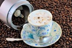自然咖啡豆被研对一份可口刷新的饮料 图库摄影