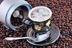 自然咖啡豆被研对一份可口刷新的饮料 库存照片