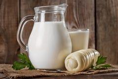 自然土气全脂牛奶 库存照片