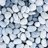 自然地优美的白色岩石小卵石背景 免版税图库摄影
