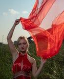 自然地红色礼服的美丽的千福年的妇女 免版税库存照片